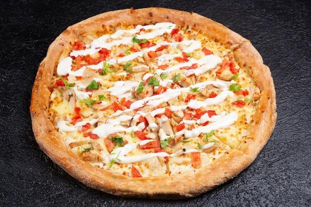 Pizza deliciosa de maionese na superfície preta vista de cima