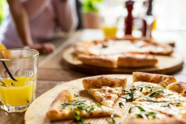 Pizza deliciosa em tábuas de madeira
