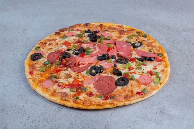 Pizza deliciosa exibida sobre fundo de mármore.