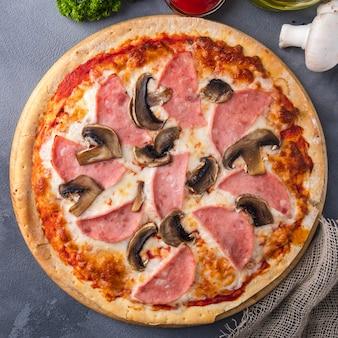 Pizza deliciosa presunto e cogumelos. vista do topo