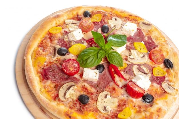 Pizza deliciosa servida na placa de madeira, isolada no branco