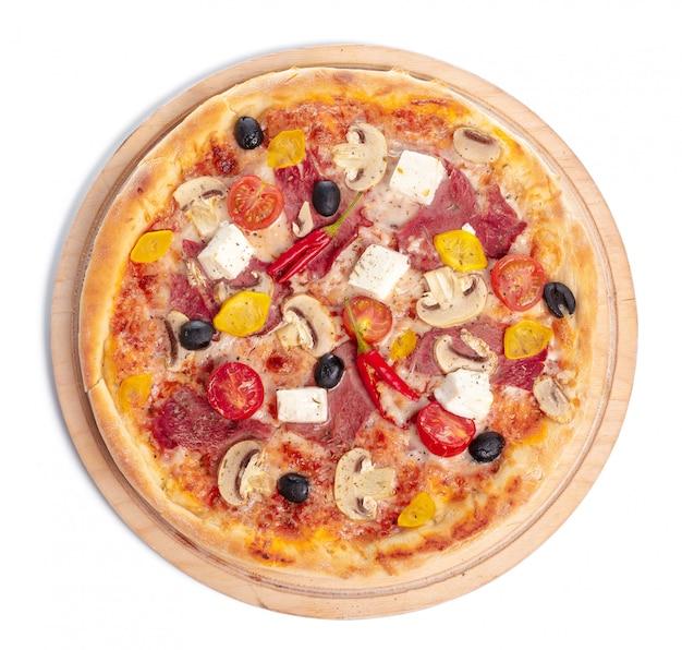 Pizza deliciosa servida na placa de superfície de madeira isolada