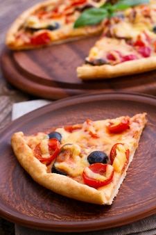 Pizza deliciosa servida na tábua de madeira