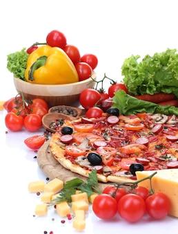 Pizza deliciosa, vegetais e salamida em branco