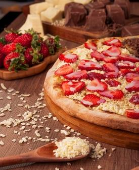 Pizza doce de morango com chocolate branco