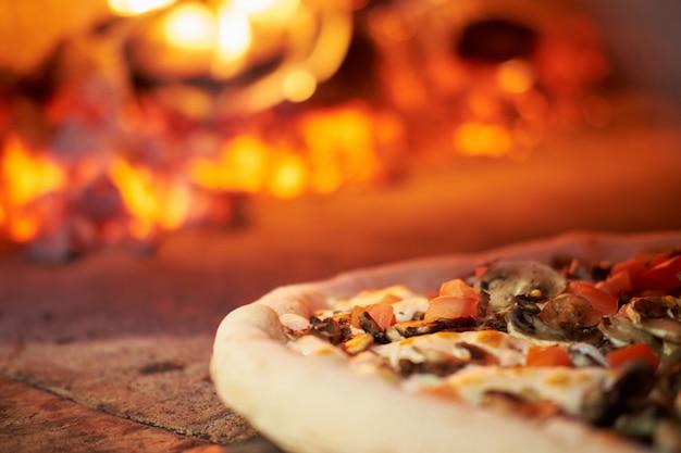 Pizza é cozida no forno de tijolos na pizzaria