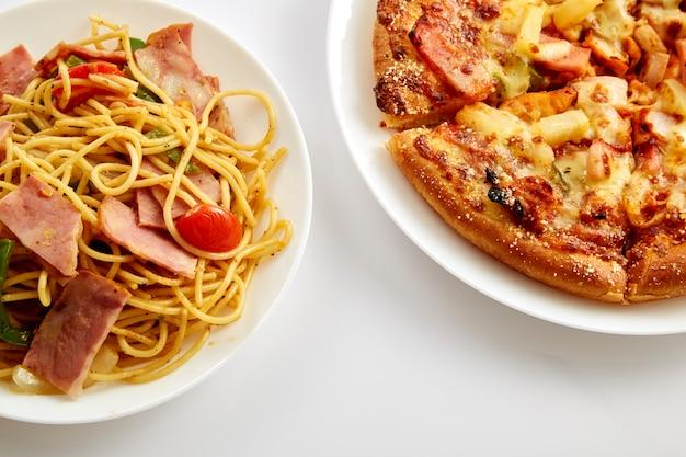 Pizza e frango frito e espaguete