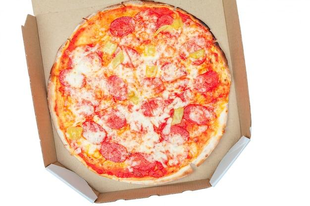 Pizza em caixa isolada