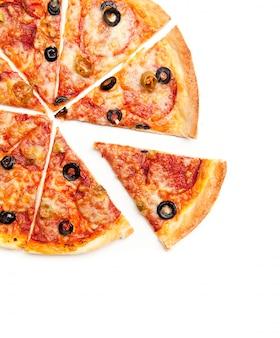 Pizza em fatias de vista superior