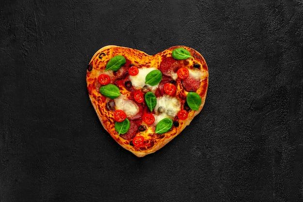 Pizza em forma de coração, design do dia dos namorados