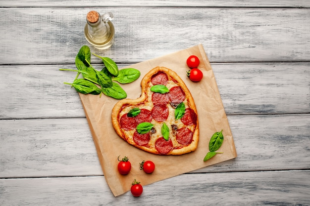 Pizza em forma de coração em uma mesa de madeira