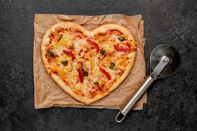 Pizza em forma de coração para o dia dos namorados com cortador de pizza