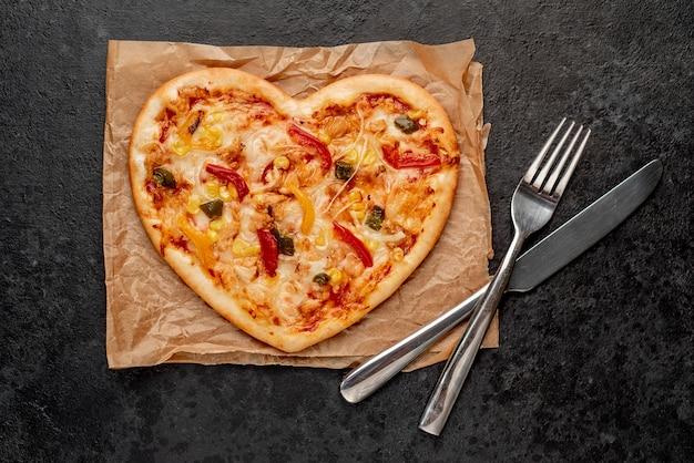 Pizza em forma de coração para o dia dos namorados com talheres