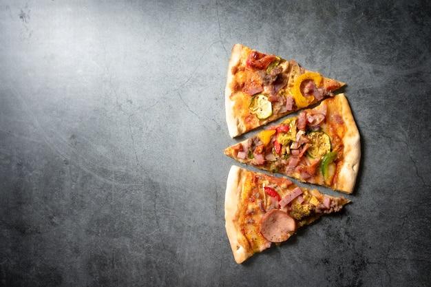 Pizza em fundo escuro