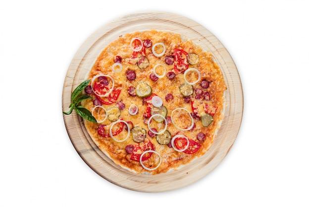 Pizza em placas de madeira redondas em um branco isolado
