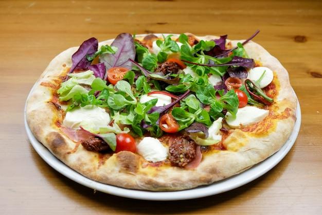 Pizza em uma mesa de restaurante