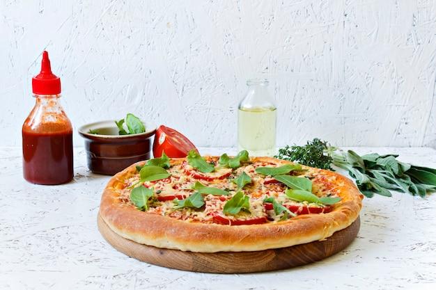 Pizza em uma placa de madeira em um fundo branco. ingredientes para pizza