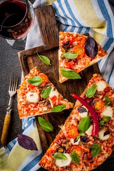 Pizza fatiada e vinho tinto