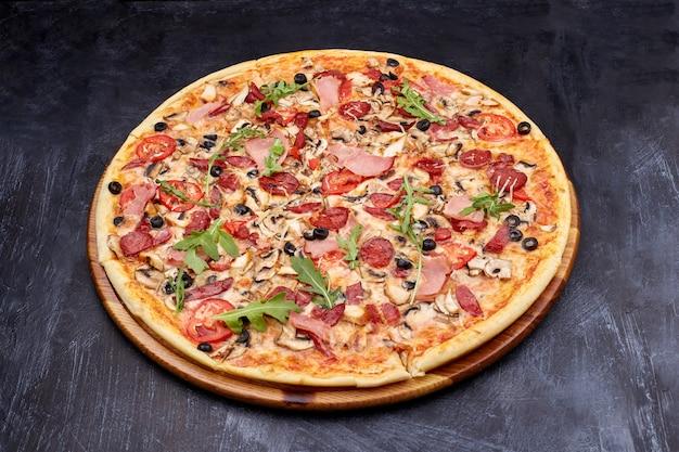 Pizza fresca campania na tábua de madeira.