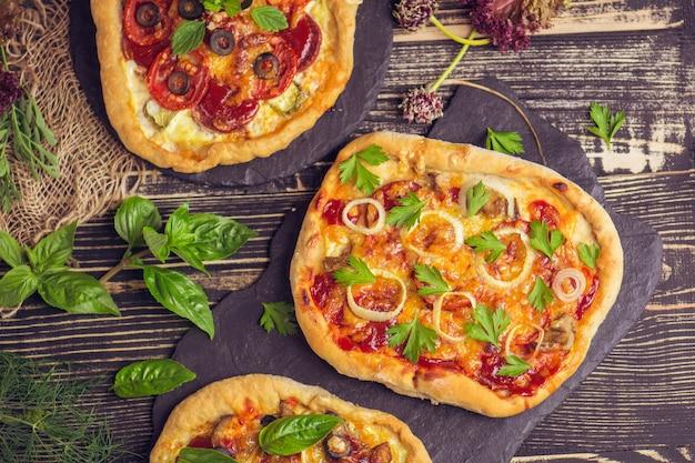 Pizza fresca com tomate e cogumelos