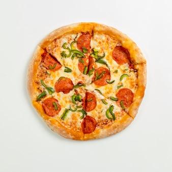 Pizza fresca deliciosa cortada com calabresa e queijo em um prato branco. vista superior com espaço de cópia de texto. configuração plana