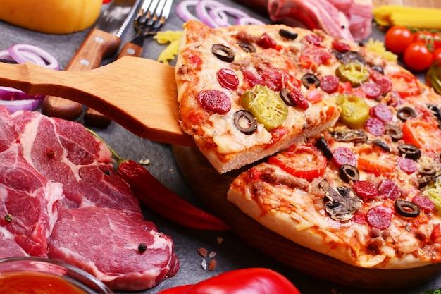 Pizza fresca e perfumada com os melhores produtos