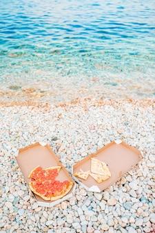 Pizza fresca em piquenique na praia