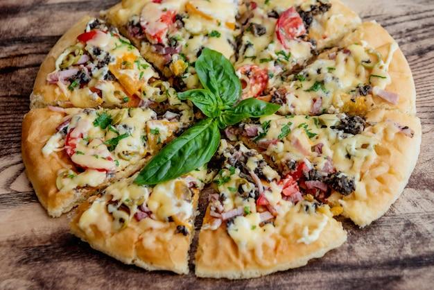 Pizza grande em uma mesa de madeira. restaurante.