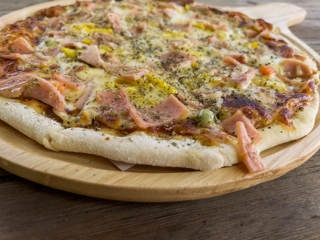 Pizza havaiana artesanal em forno a carvão