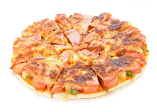 Pizza havaiana em fundo branco
