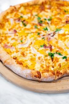 Pizza havaiana na bandeja de madeira