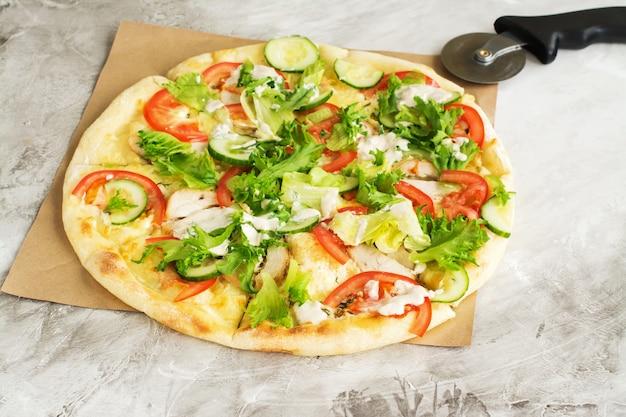 Pizza inteira com frango e legumes