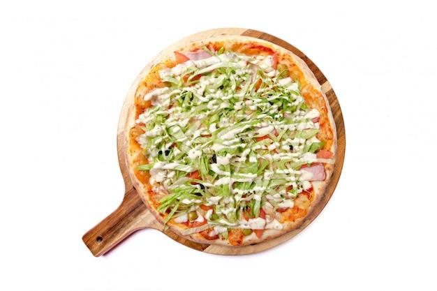 Pizza inteira isolada na vista superior branca