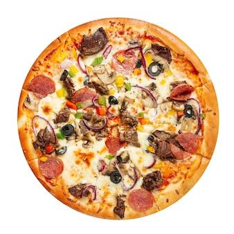Pizza isolada com carne bovina no branco