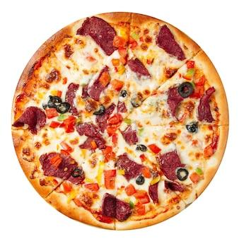 Pizza isolada com carne e vegetais no branco