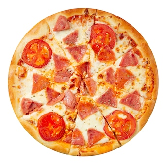 Pizza isolada com presunto de parma e tomate