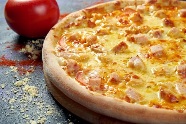 Pizza italiana assada no forno com queijo cheddar