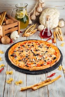 Pizza italiana capriccioso com cogumelos azeitonas