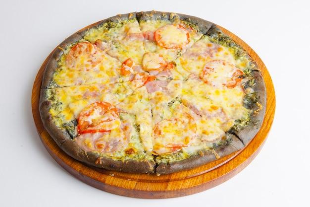 Pizza italiana com massa preta na tábua de madeira