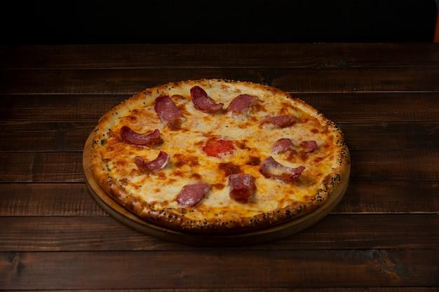Pizza italiana com salsichas e queijo