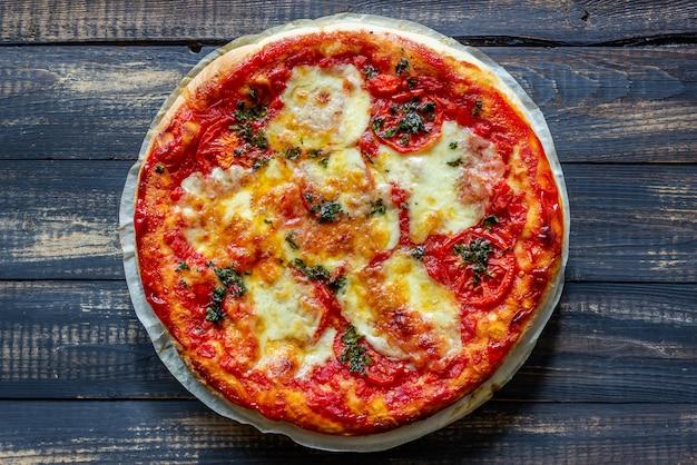 Pizza italiana com tomate e queijo mussarela. cozinha italiana. margherita.
