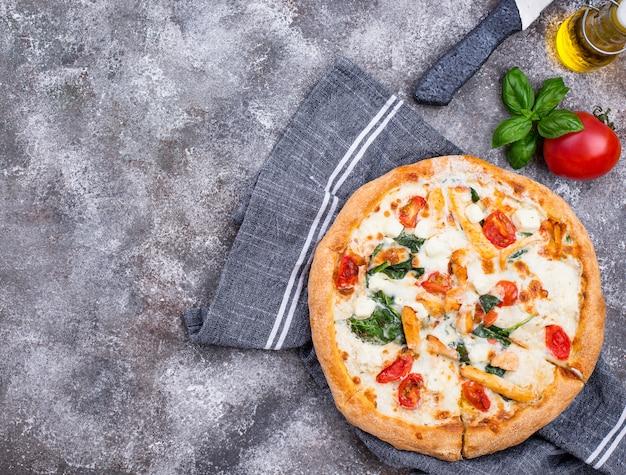 Pizza italiana com tomate, mussarela e frango