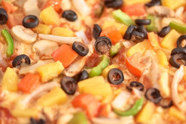 Pizza italiana de cima na mesa de madeira