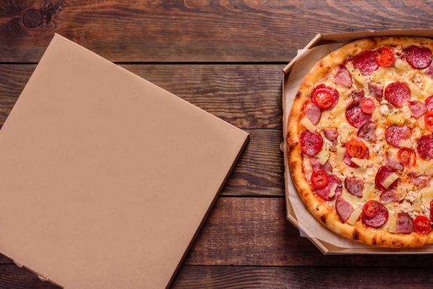 Pizza italiana de frutos do mar com camarão, lula, mexilhões, ervas frescas e mussarela. saborosa pizza fatiada com frutos do mar e tomate
