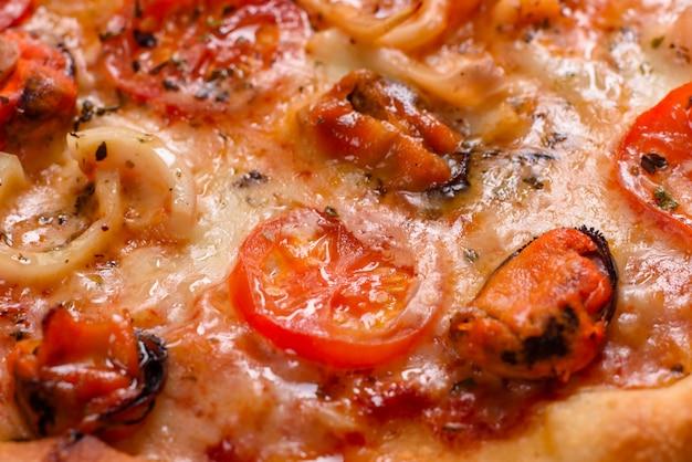 Pizza italiana de frutos do mar com camarão, lula, mexilhões, ervas frescas e mussarela