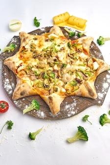 Pizza italiana de frutos do mar com mexilhões, camarão, ervas frescas, cebola, queijo mussarela e cogumelos em uma tábua de madeira