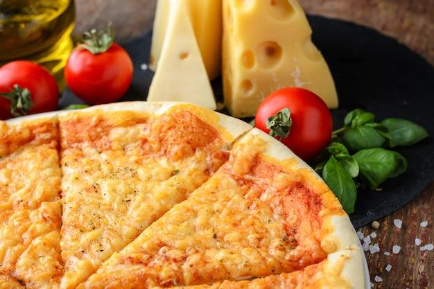 Pizza italiana e ingredientes em um fundo de madeira, vista superior