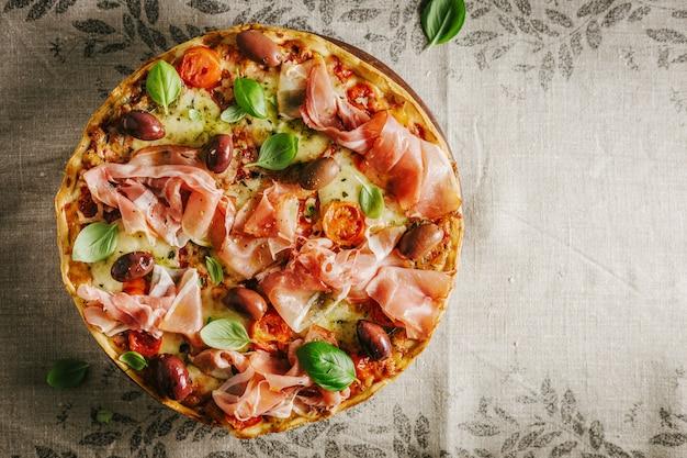 Pizza italiana em têxteis rústicos