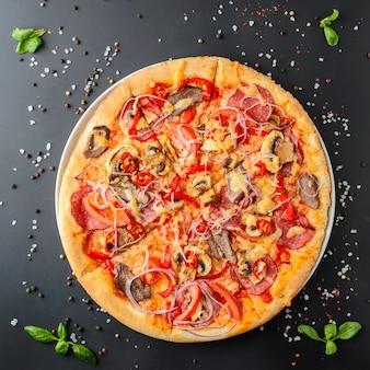 Pizza italiana em um fundo escuro, vista superior