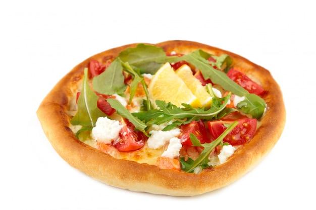 Pizza italiana margherita com queijo e tomate isolado no branco